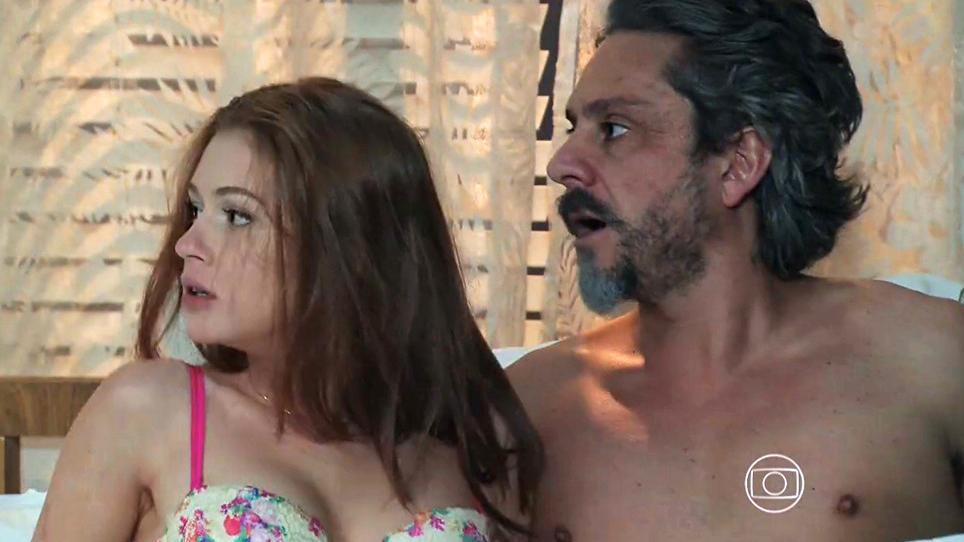 Isis e José Alfredo semi nus na cama com cra de espanto
