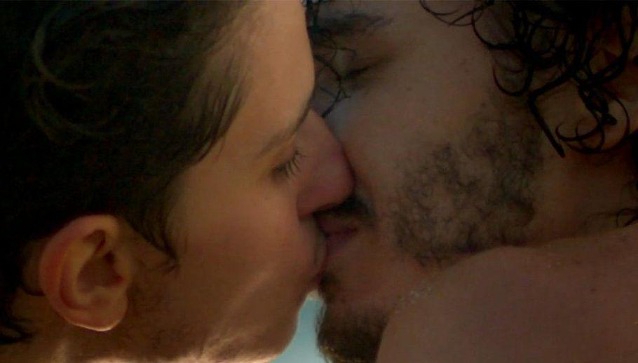 Ivan e Claudio se beijando na boca