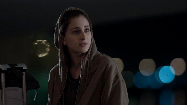 Cena de Ivana com mala na rua, procurando Nonato.