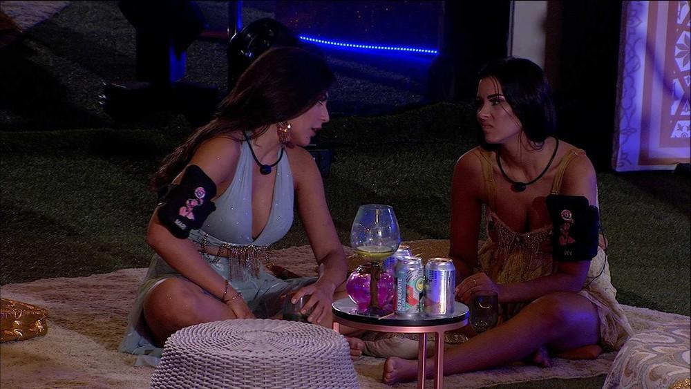 Ivy em conversa com Mari na festa Mil e uma noites no BBB20