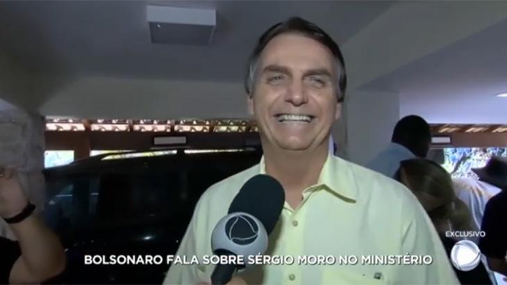 Jair Bolsonaro sorridente em entrevista exclusiva à Record
