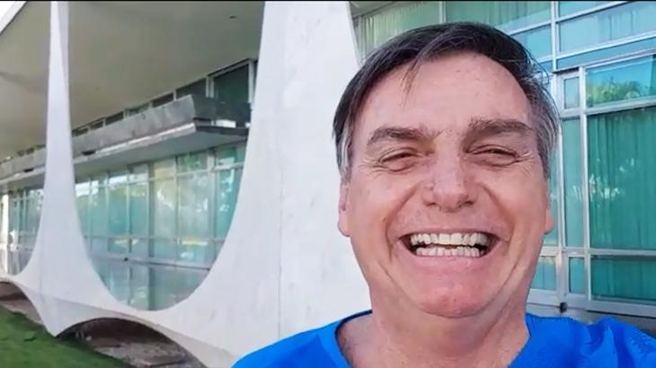 Jair Bolsonaro na frente do Palácio do Planalto