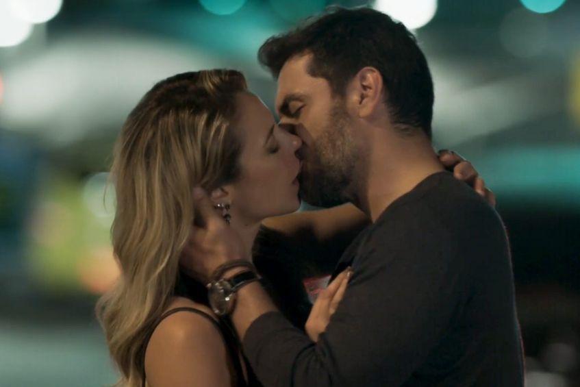 Caio e Jeiza se beijando