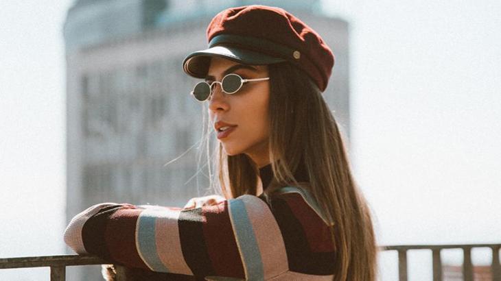 Jess Dantas posando de óculos escuros