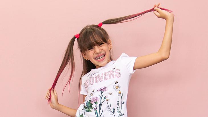 Jéssica Sousa fazendo pose com o cabelo