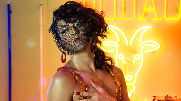 Jesuíta Barbosa vira drag queen em nova supersérie na Globo