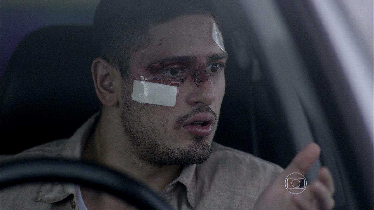 João Lucas olha pelo retrovisor, assustado