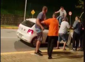 Homens pisoteiam carro em que está jornalista da Record