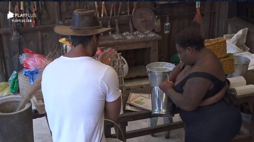 Na área dos animais, Jojo conversa com Mariano em A Fazenda 2020