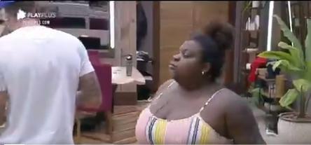 Na cozinha, Jojo Todynho questiona Biel enquanto ele se serve no fogão o motivo dele ter olhado torto para ela em A Fazenda 2020