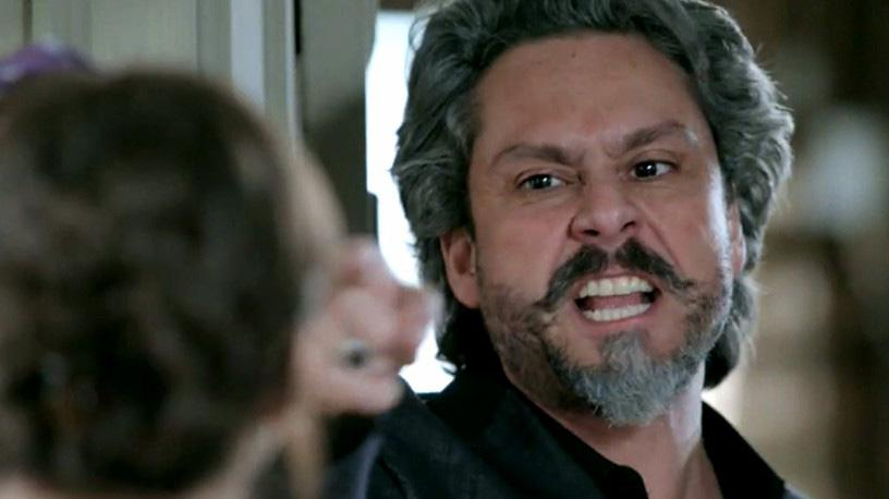 José Alfredo apontando dedo pra Cora