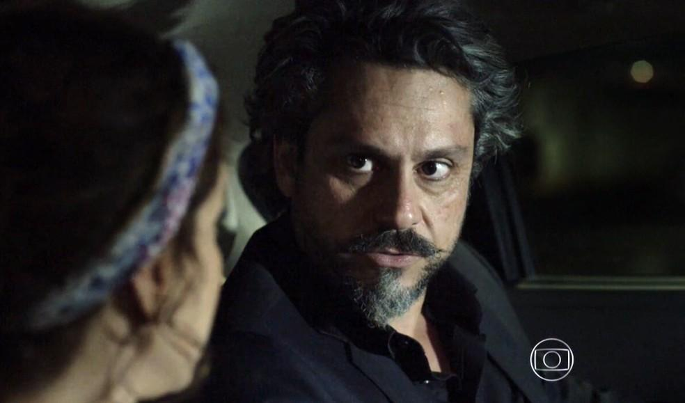 José Alfredo e Cristina conversando no carro