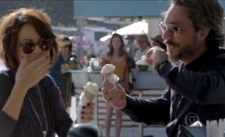 Maria Ísis observa Maria Clara e José Alfredo tomando sorvete
