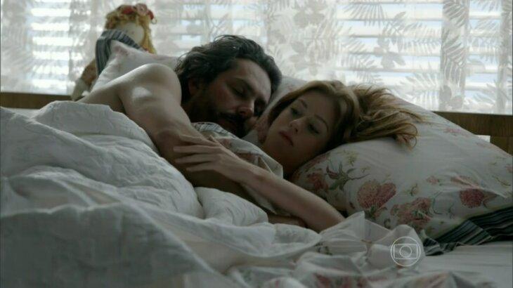 José Alfredo dormindo abraço a Maria Ísis