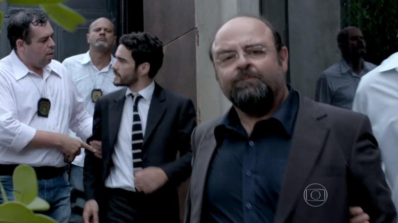 José Pedro sendo conduzido pela polícia