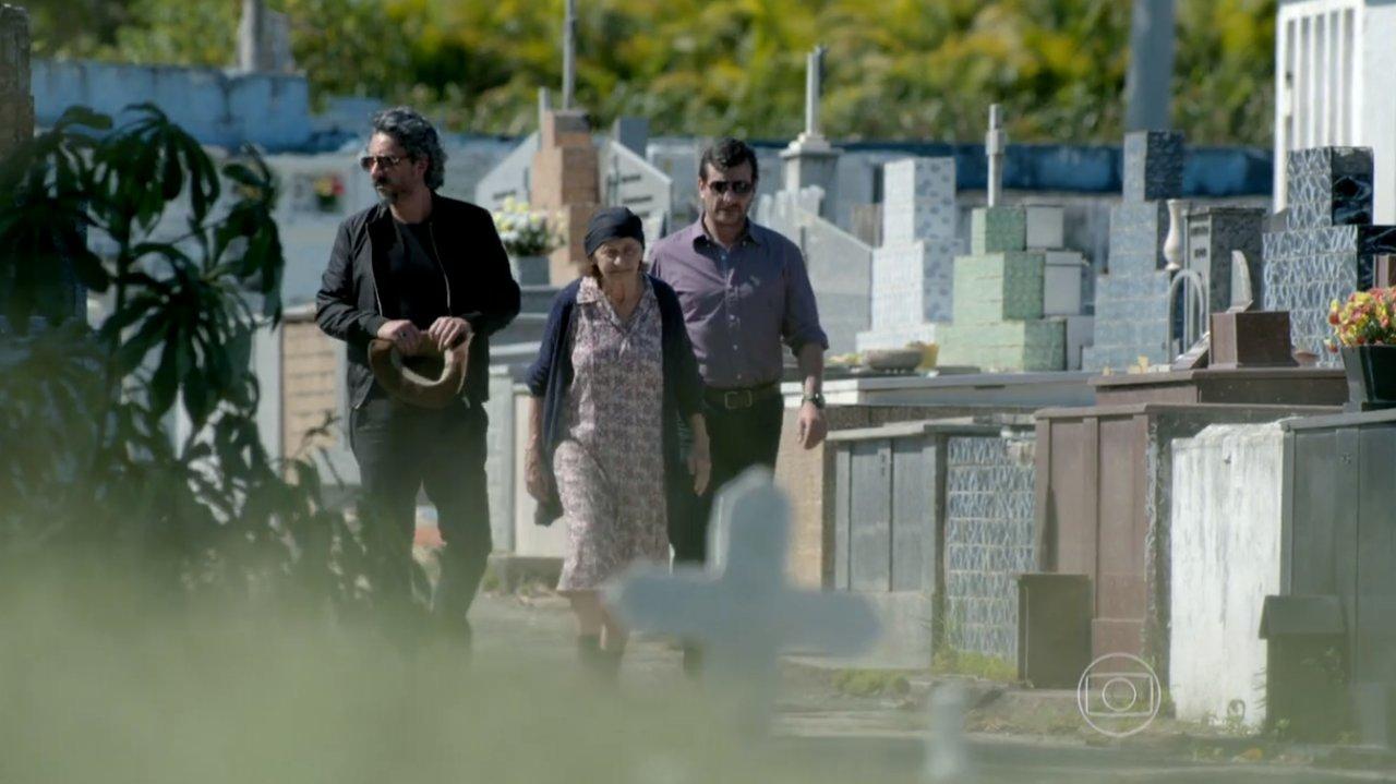 José Alfredo, Jesuína e Josué caminhando pelo cemitério