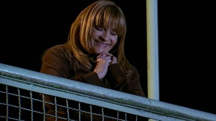 Josefina sorri do alto de uma ponte