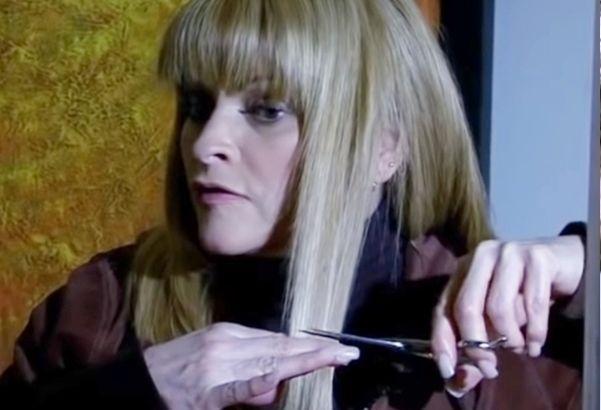 Josefina com uma tesoura nas mãos cortando os cabelos