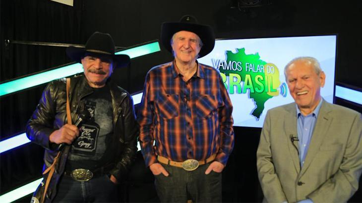 Eduardo Araújo, segurando bolsa, Sérgio Rei com mão no bolso e Joseval Peixoto sorrindo para foto