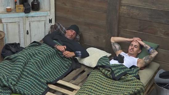 Juliano Ceglia e Biel deitados na baia em A Fazenda 2020