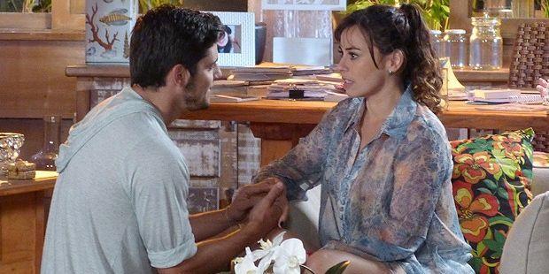 Flor do Caribe: Doralice sofre com noivado de Juliano e toma atitude drástica