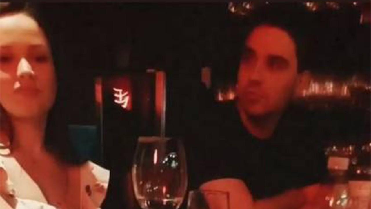 Juliette em jantar sentada ao lado de Daniel Trovejani