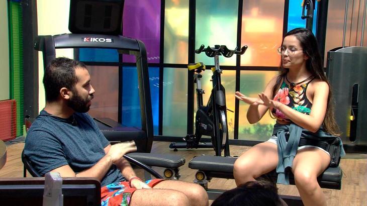Juliette e Gilberto discutindo na academia do BBB21