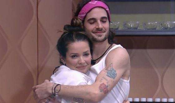Juliette e Fiuk se abraçam