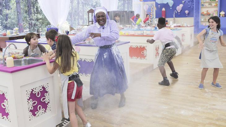 """Karin Hills e Priscila Sol visitam \""""Júnior Bake Off\"""" e crianças fazem guerra de farinha"""
