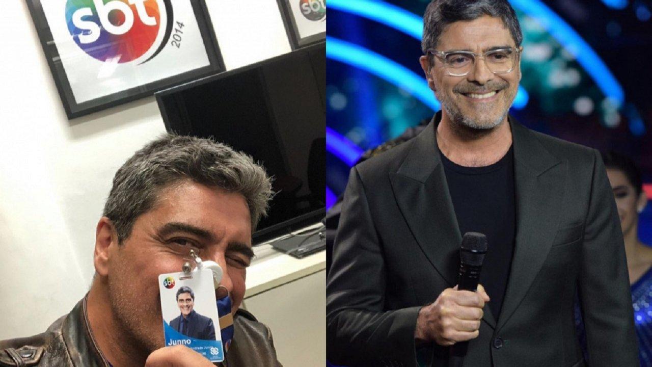Montagem de Junno Andrade segurando o crachá do SBT e com um microfone na mão, usando óculos de grau e sorridente
