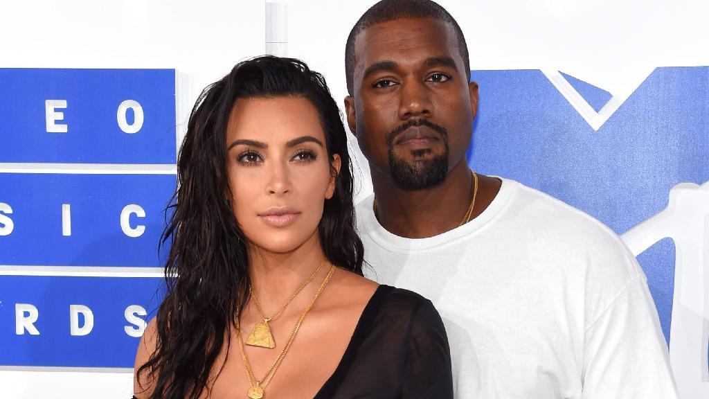 Kim Kardashian e Kanye West posados