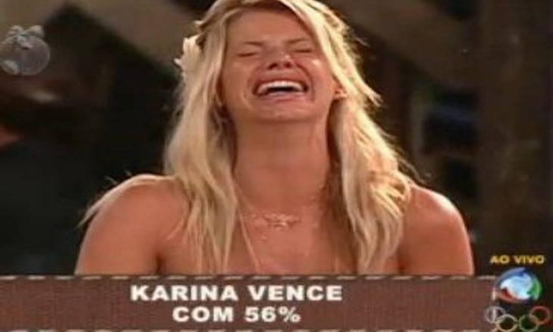 """Karina Bacchi revela livro \""""secreto\"""" usado em A Fazenda 2 e afirma: \""""Não tenho amizade com ninguém\"""""""