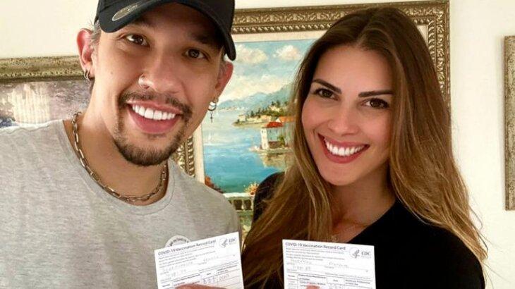 Sorridentes, Kiko e Francine mostram cartão de vacinação