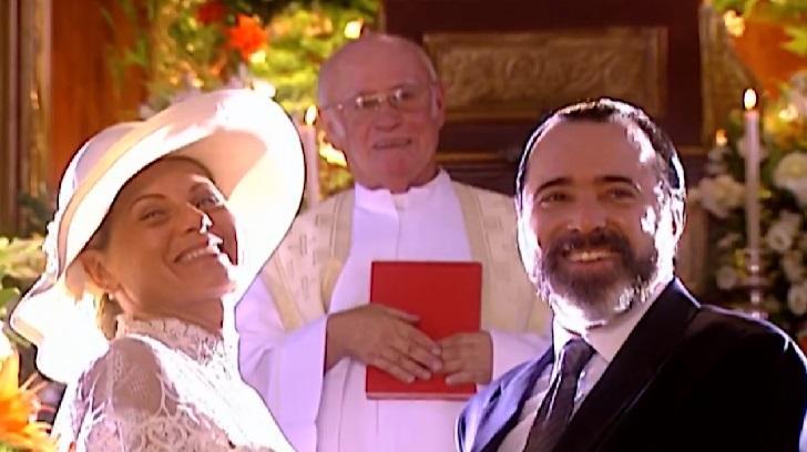 Vera Fischer e Tony Ramos em cena do casamento de seus personagens Helena e Miguel na novela Laços de Família, em reprise na Globo