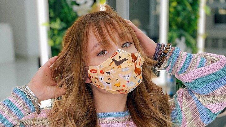 Larissa Manoela aparece com novo visual e usando máscara