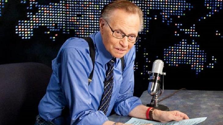 Larry King no cenário do seu programa na CNN