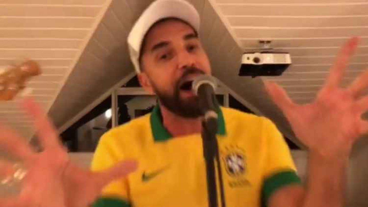 Latino cantando com camisa da seleção brasileira