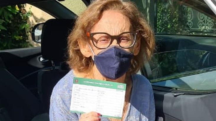 Laura Cardoso é vacinada contra Covid-19