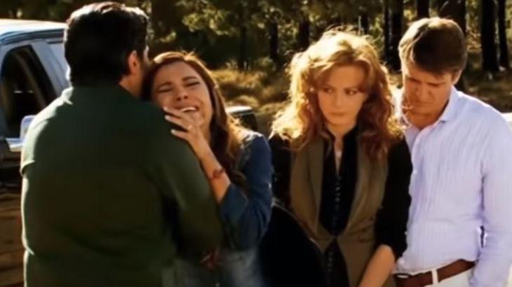 Lázaro abraça Alzira enquanto que Renata e Jerônimo observam tudo