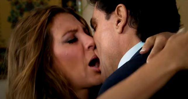 Leandra beija Osvaldo em cena de Triunfo do Amor