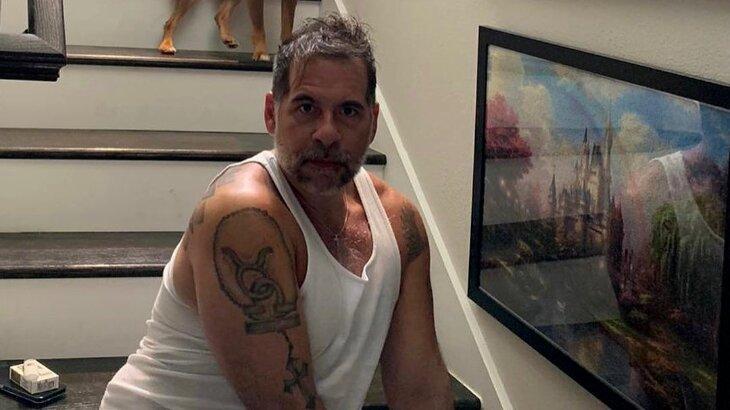 Leandro Hassum sério na escada de sua casa