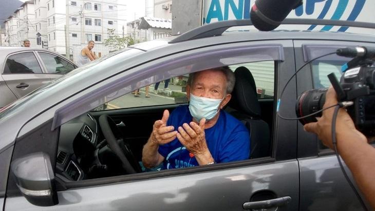 Léo Batista no carro após tomar vacina