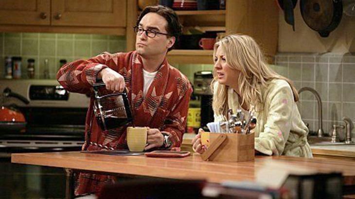 """De """"Chaves"""" a """"Gilmore Girls"""": Relembre personagens apaixonados por café na TV"""