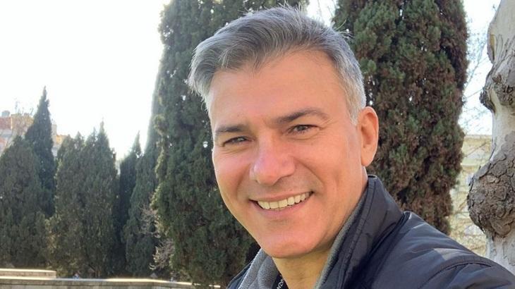 Leonardo Vieira tirando selfie sorridente