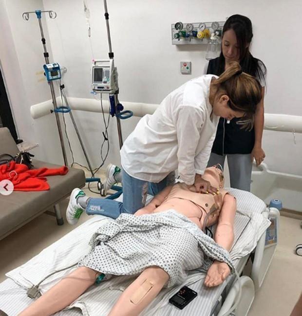 Letícia Colin faz laboratório para compor médica e aprende massagem cardíaca
