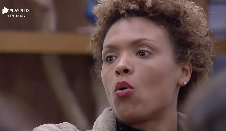 Lidi Lisboa de batom vermelho falando