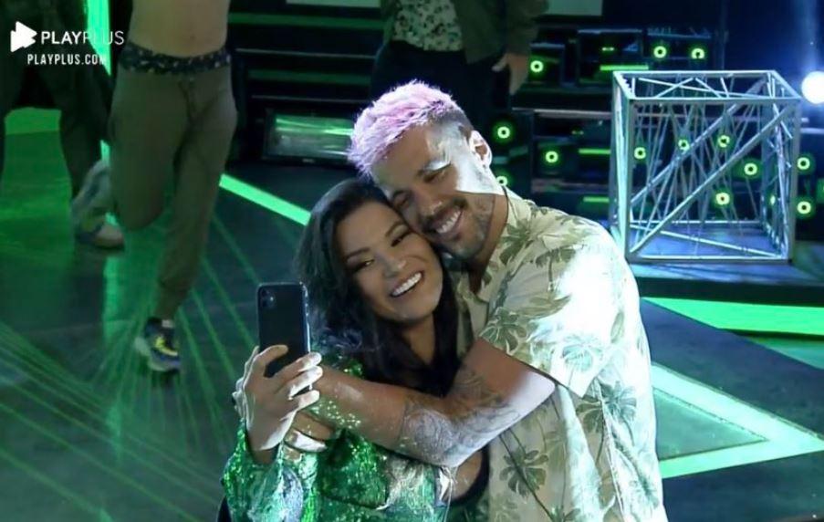 Na pista de dança, Raissa grava vídeo com Lipe durante festa em A Fazenda 2020