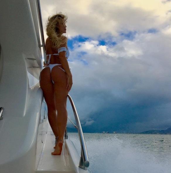 Lívia Andrade posta foto de bumbum empinado e enlouquece seguidores