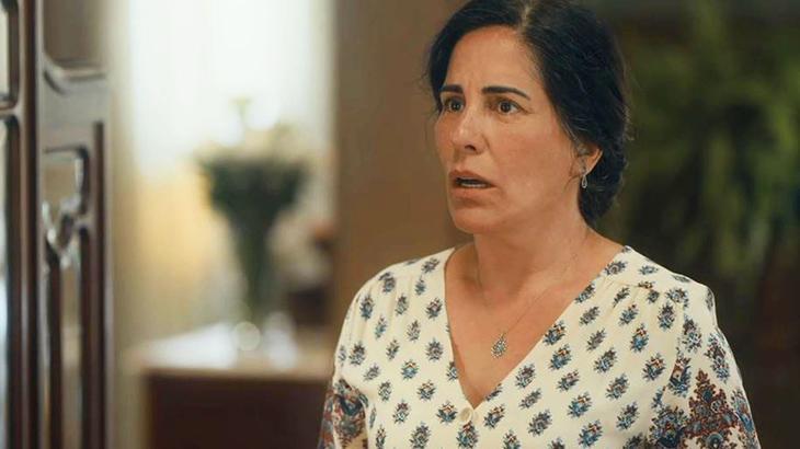 Éramos Seis: Lola ganha presente de Carlos, quita a casa e homenageia filho morto