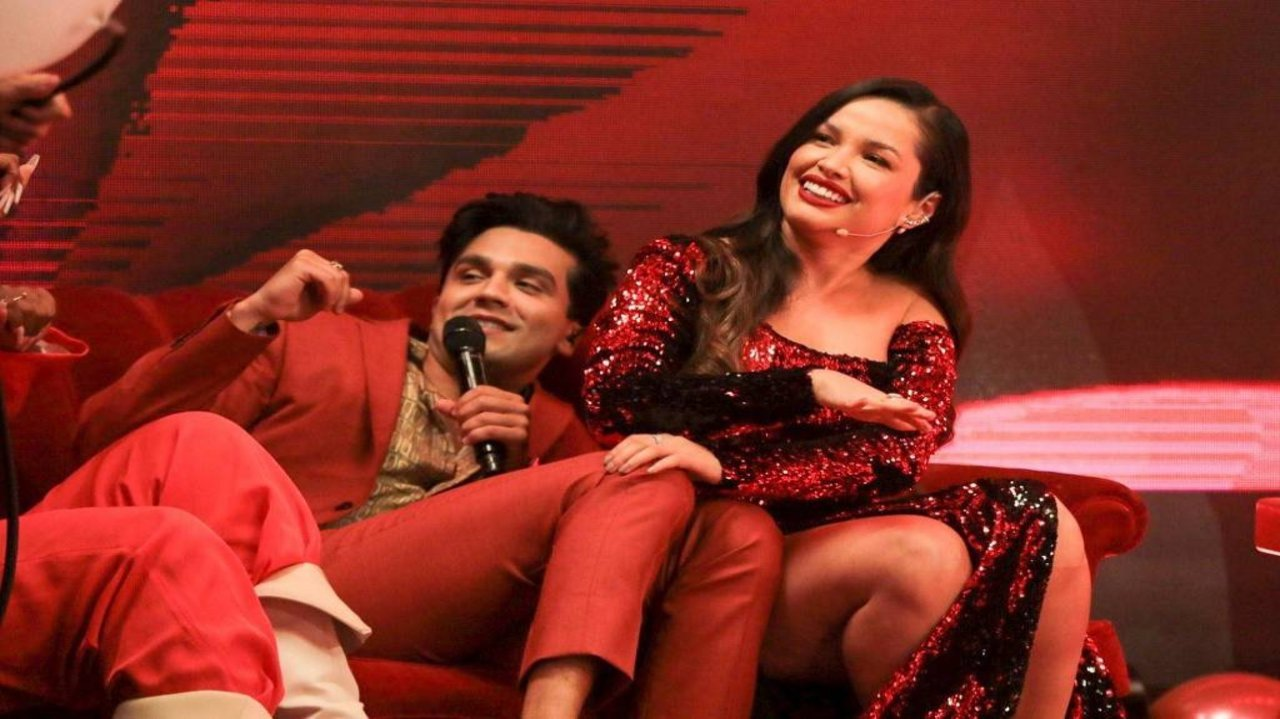 Luan Santana e Juliette sentados